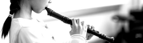 Schülerin spielt Blockflöte