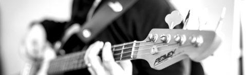 Lehrer spielt E-Bass