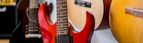 Gitarren an der Wand
