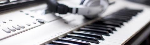 Keyboard und Kopfhörer - Detailaufnahme