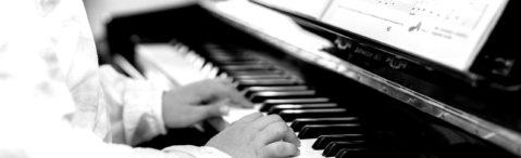 Schülerin spielt Klavier - Detailaufnahme
