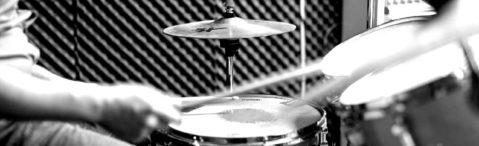 Schüler spielt Schlagzeug - Detailaufnahme
