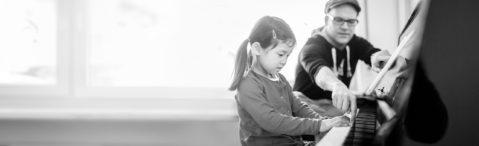 Nicki Jog gibt Klavierunterricht